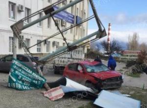 В Новороссийске от удара об рекламный щит, у иномарки проломлена крыша