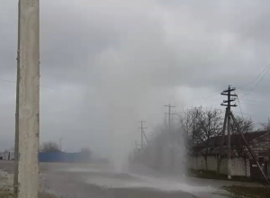 Фонтан высотой пару метров бьет из-под земли в Новороссийске
