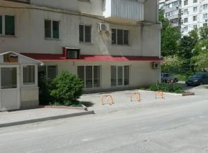 Жителям одного из домов Новороссийска блокировали официально разрешенную парковку