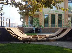 Рампу в мини-скейтпарке на Набережной начали ремонтировать