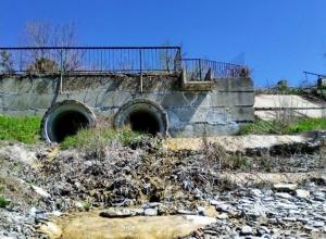 Из Абрау в Озерейку канализация течет как река в Новороссийске