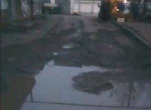 «Не обойти, не объехать!»- в центре Новороссийска огромная яма портит машины и жизнь жильцам «китайки»