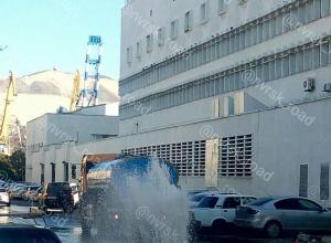 В Новороссийске в центре города прорвало водопровод
