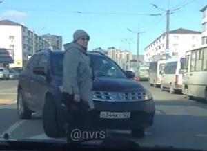 Мастер класс по опасному высаживанию пассажиров на встречке показала автоледи в Новороссийске
