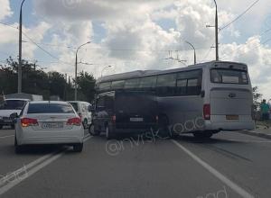 Из-за ДТП с пассажирским автобусом перекрыта дорога из Новороссийска
