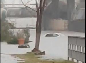Автомобиль ушёл под воду из-за ливня в Новороссийске