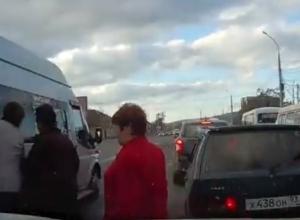 Бесстрашные пешеходы бегают через дорогу в Новороссийске