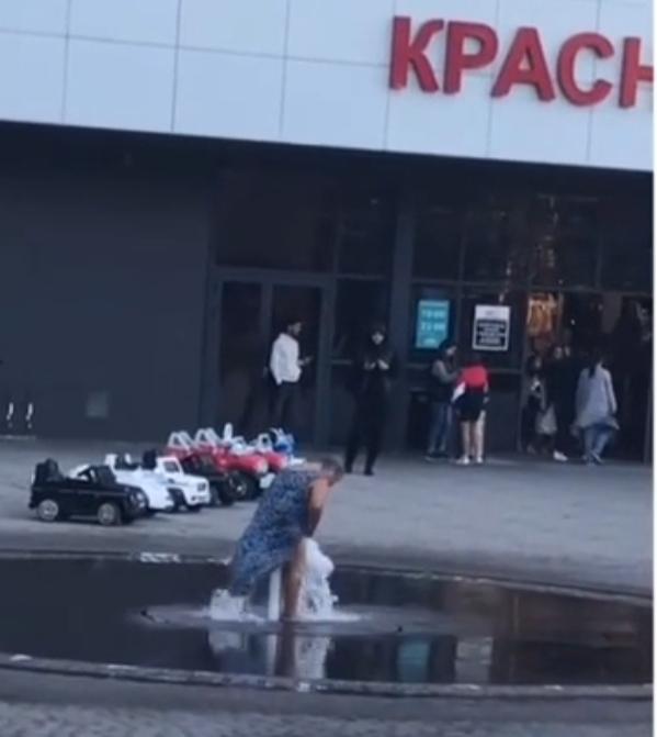 Пожилая «русалка» из Новороссийска не планирует закрывать купальный сезон в фонтанах города