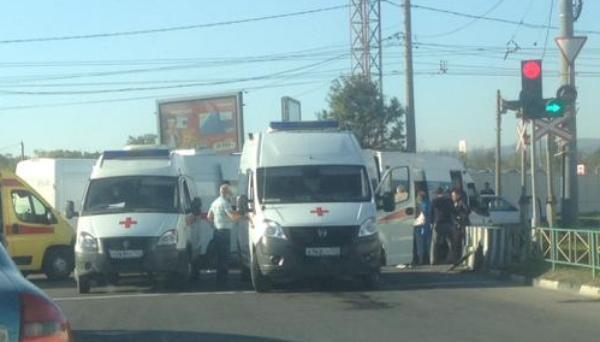 Легковой автомобиль протаранил полную пассажиров маршрутку в Новороссийске