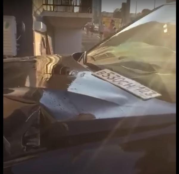 Номера протаранившей дом иномарки сняли на видео очевидцы