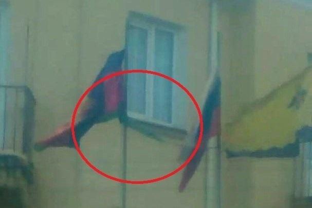 Губернатор не успел уехать, а флаг уже пришел в негодность в Центральном районе Новороссийска