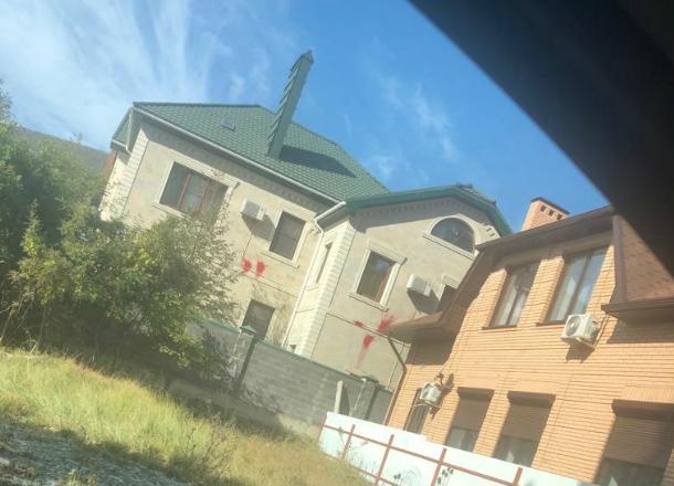 Дом сотрудника новороссийского суда обстреляли краской
