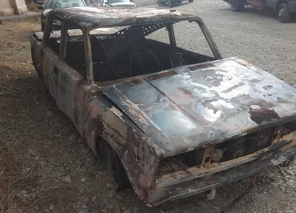 90-е возвращаются: у новороссийца угнали машину и сожгли её дотла