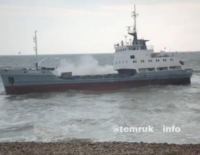 Во время шторма в Тамани судно из Новороссийска село на мель