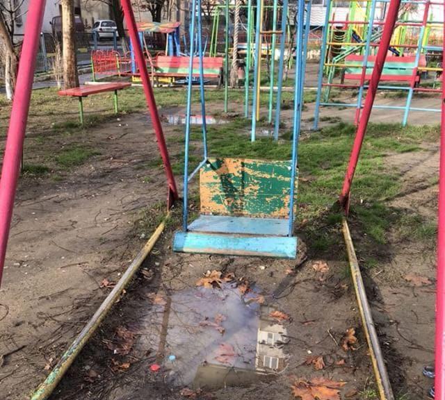 Детская площадка утопает в грязи и недоступна для детей в Новороссийске