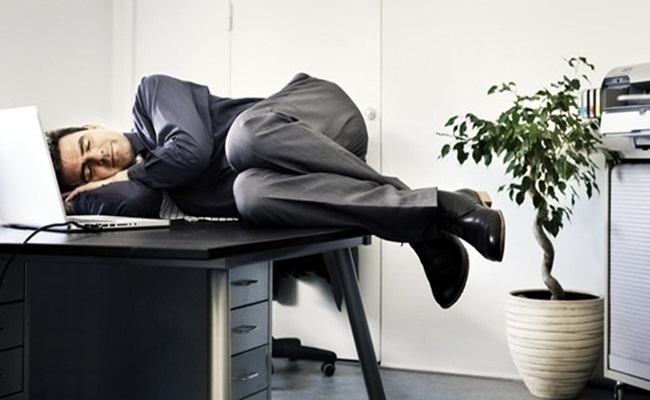 «Спать на рабочем месте не только можно, но и нужно!», - заявили ученые