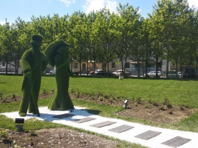 Они зеленые и светятся: в Новороссийске делают подсветку садовых скульптур