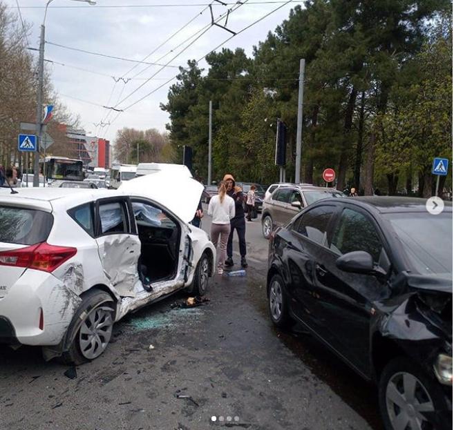 Три человека пострадали в утреннем ДТП в центре Новороссийска