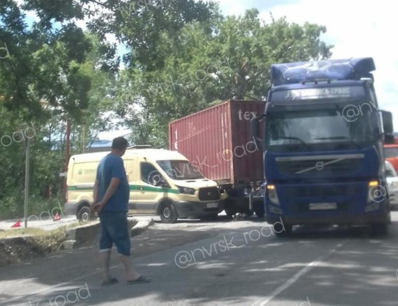 Грузовик раздавил инкассаторскую машину в Новороссийске