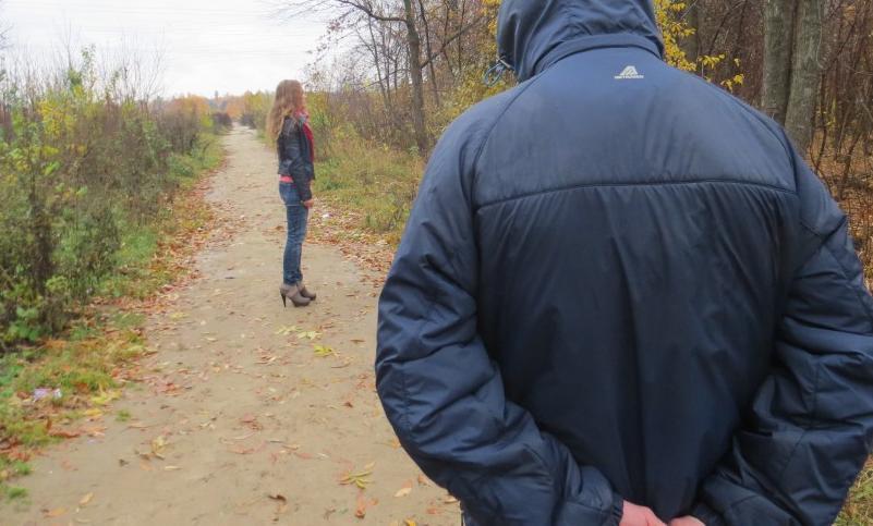 В Новороссийске неадекватный мужчина пристает к женщинам и требует деньги