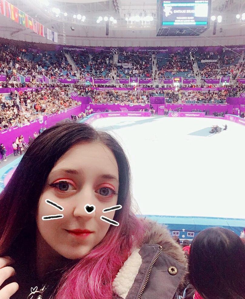 Девушка из Новороссийска награждает олимпийских чемпионов