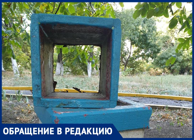 Новороссийцам подарили мусорную урну без дна