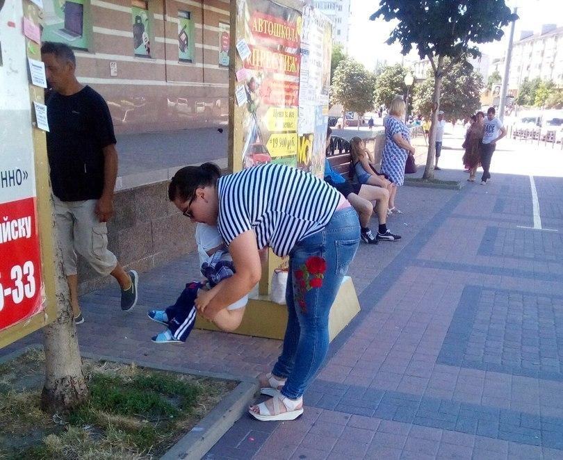 Клумбу на центральной улице Новороссийска превратили в общественный туалет