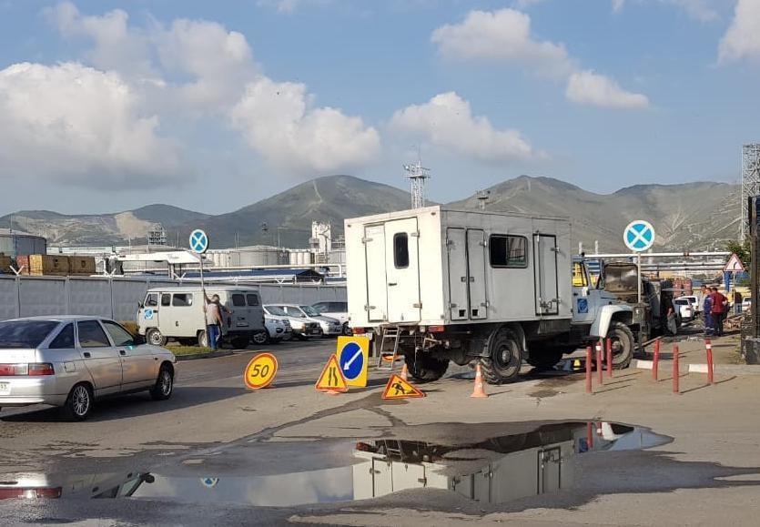 На Портовой развернулась операция по спасению трубы новороссийского Водоканала