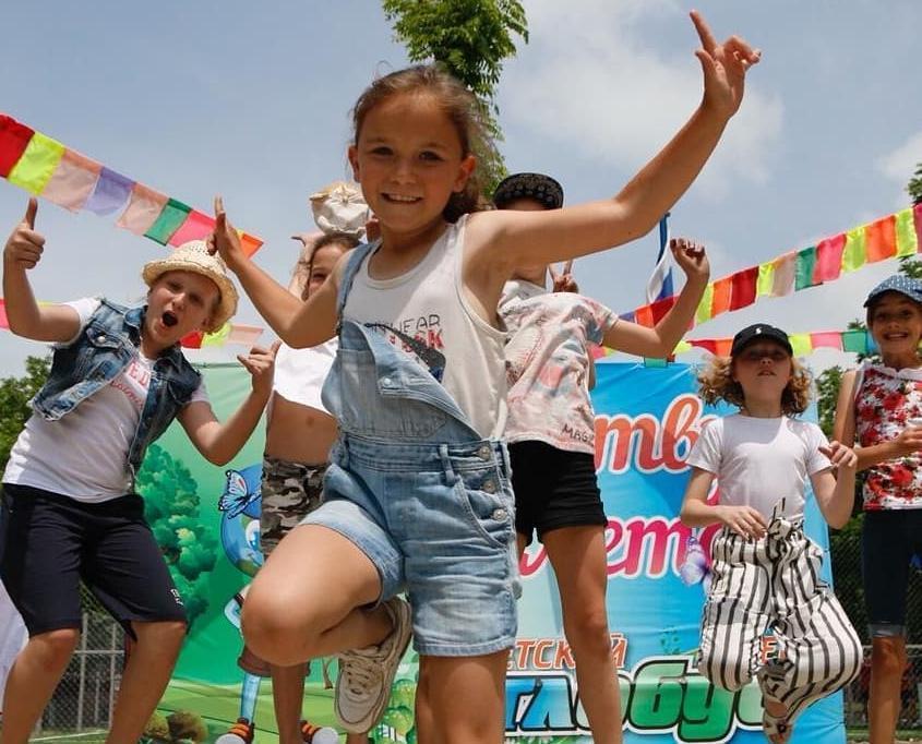 Детский лагерь торжественно открылся, а люди недовольны