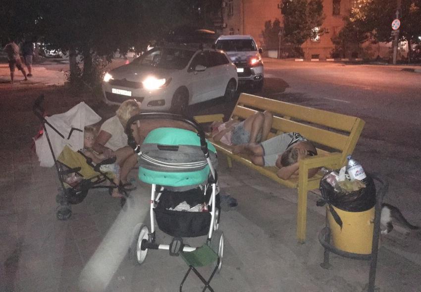 - Дети уже спят на лавочках, а ГИБДД все еще нет, – отдыхающие из Белгорода запомнят Новороссийск надолго