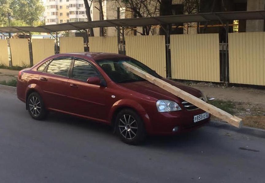 Огромный брус упал на автомобиль с незаконной стройки в Новороссийске