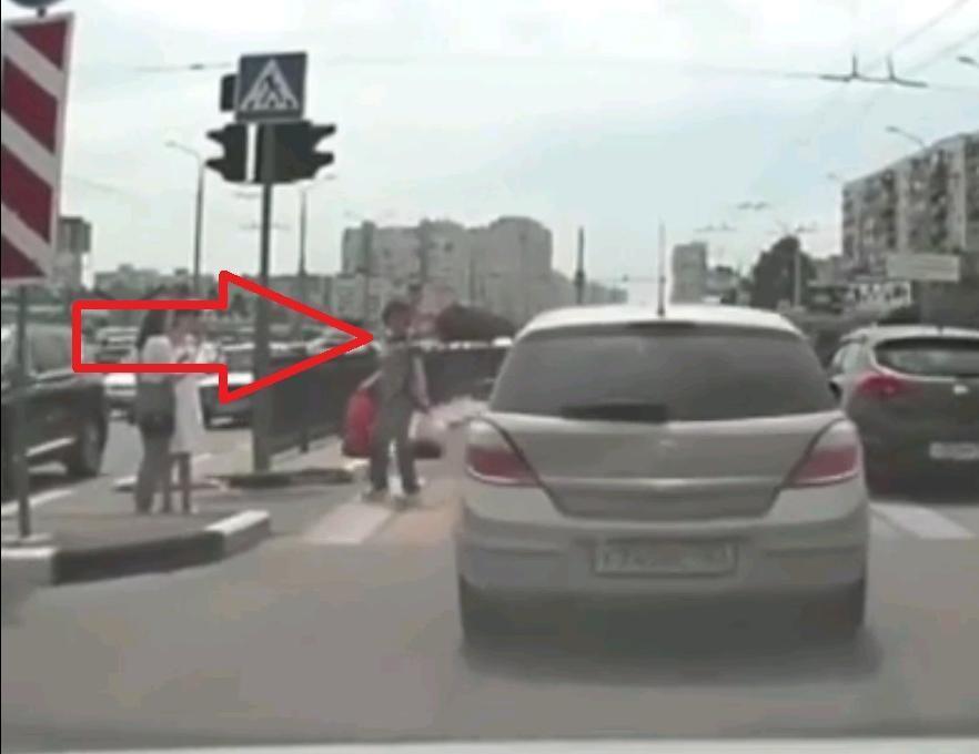 Жительница Новороссийска попала на видео, а могла и под машину