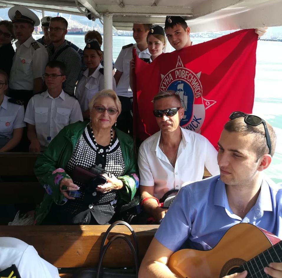 Капсулу времени с посланиями молодёжи в будущее погрузили в Чёрное море в Новороссийске