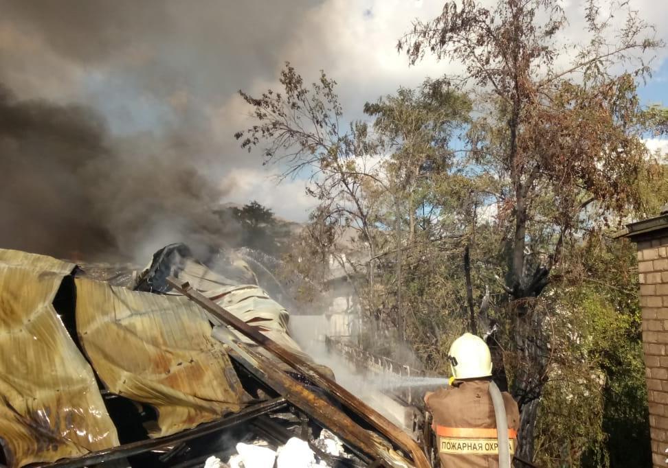 На крупный пожар в Новороссийске отправились «скорые»