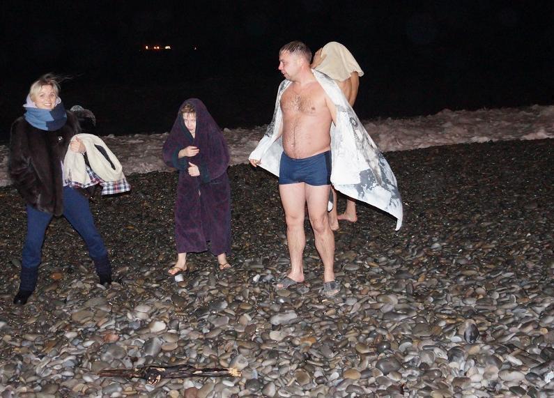 Шторм не помешал новороссийцам бросаться в море