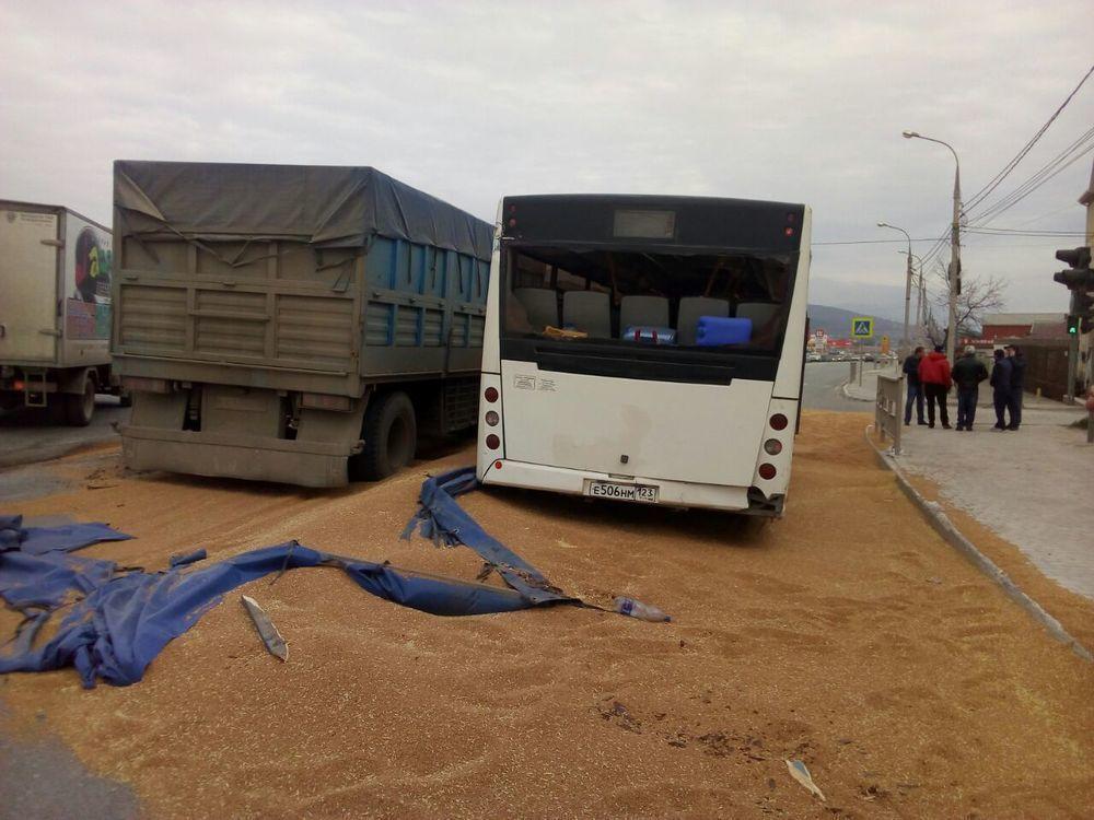Дорогу в Новороссийске «сковало» из-за рассыпавшегося зерна