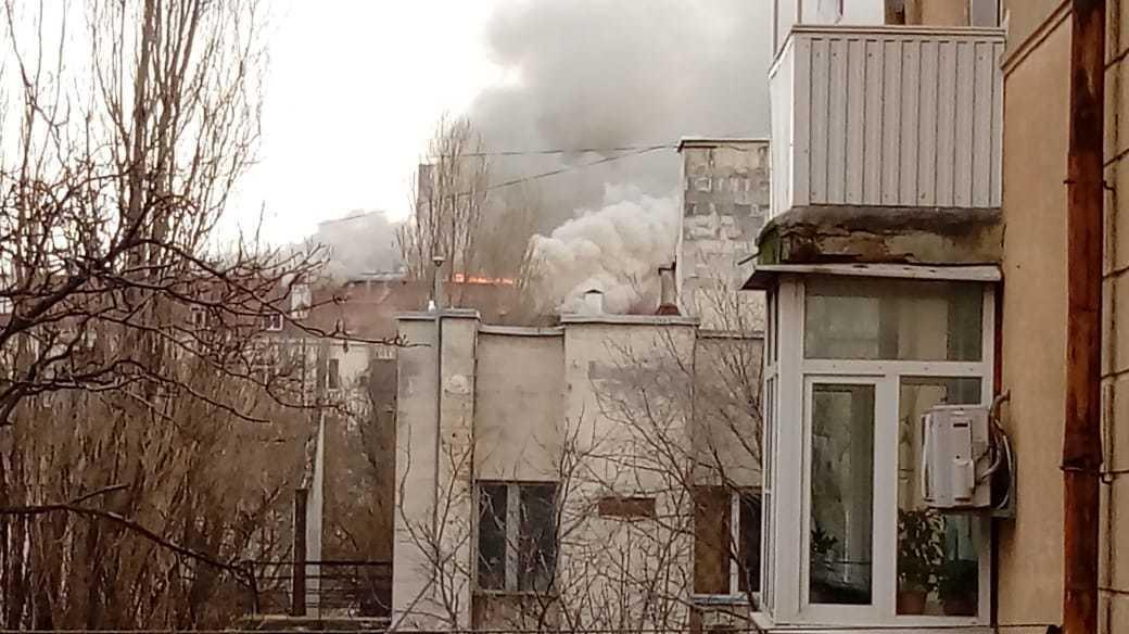 В центре Новороссийска прямо сейчас горит жилое здание