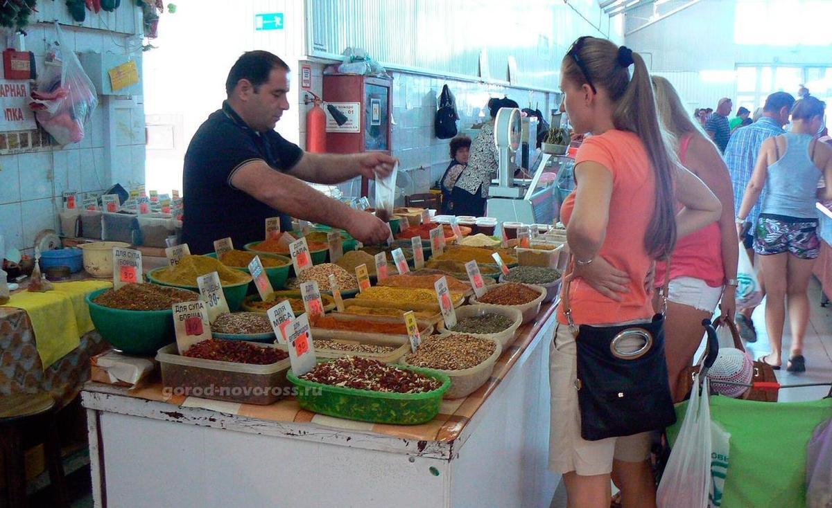 На рынках Новороссийска кипят продукты, продавцы и покупатели