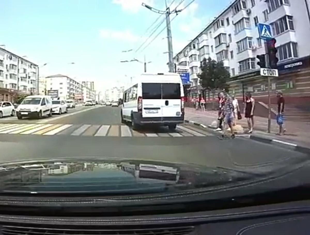 Красный свет светофора не останавливает новороссийских маршрутчиков