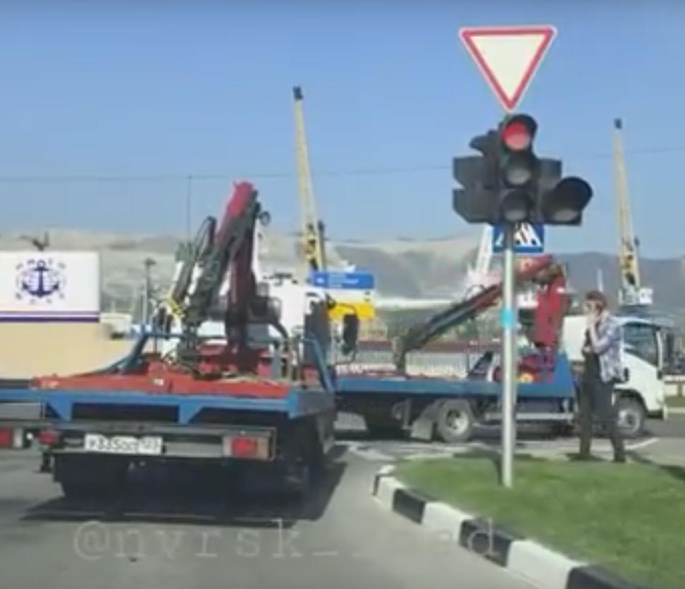 Эвакуаторщики берут пример с маршрутчиков и ездят на красный в Новороссийске