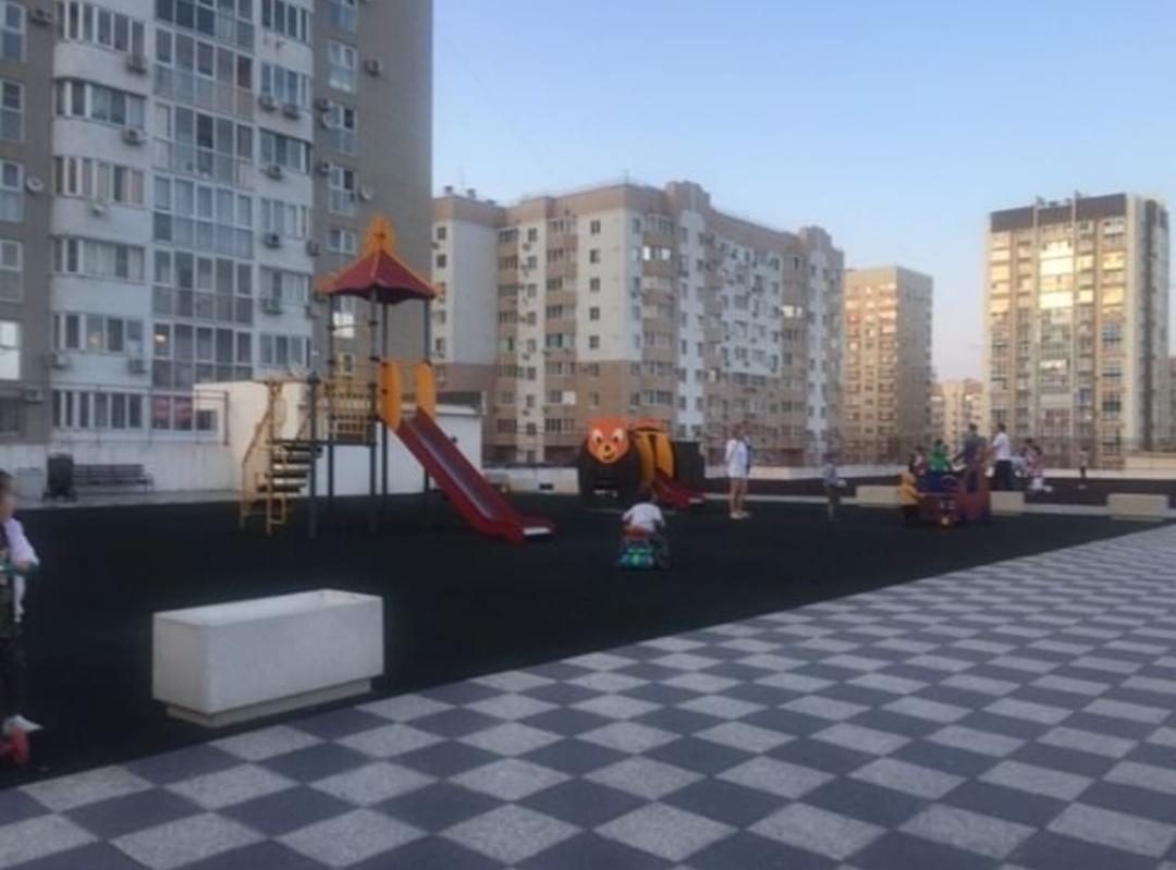 Туалет на детской площадке устроили мамочки Новороссийска