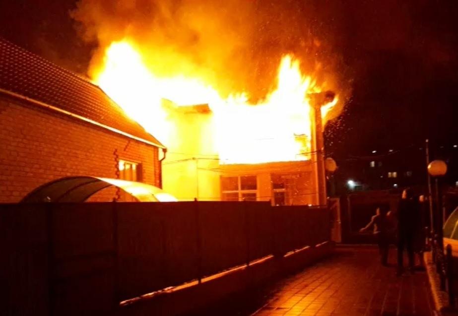 В Новороссийске горит частный дом