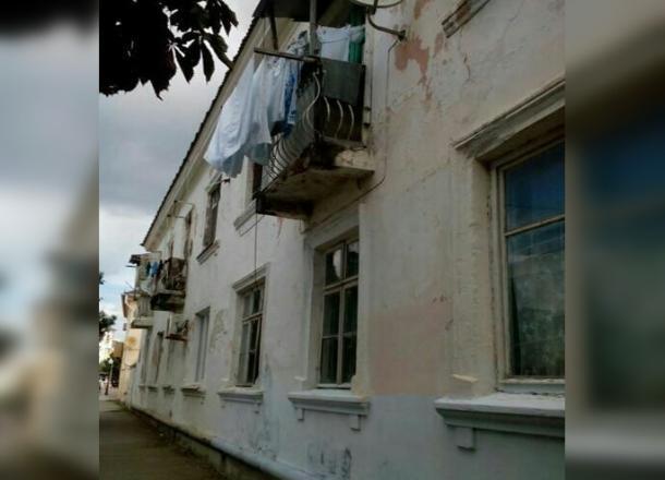 Пенсионерка из Новороссийска ремонтирует фасад МКД вместо управляющей компании
