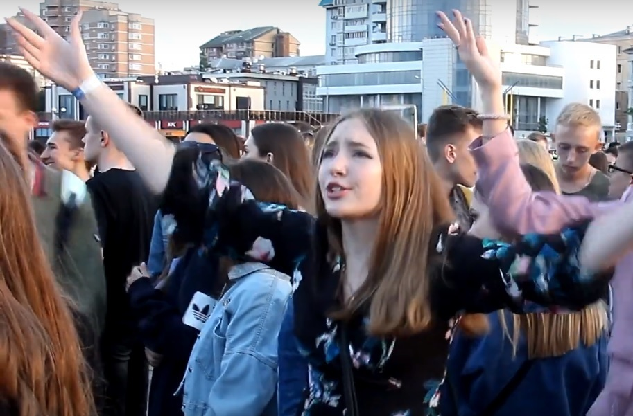- Закончить школу – это кайф, - выпускники Новороссийска зажгли на дискотеке
