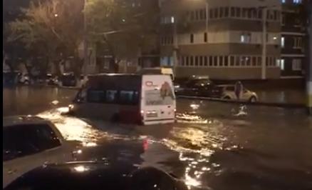 Маршрутки и автомобили передвигаются по Новороссийску вплавь