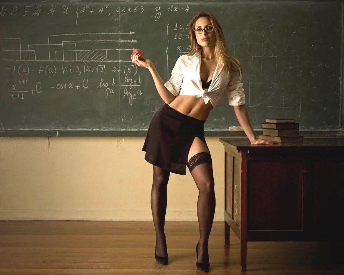 Купальники, белье и откровенные фото. В России планируется ввести «кодекс чести» для учителей