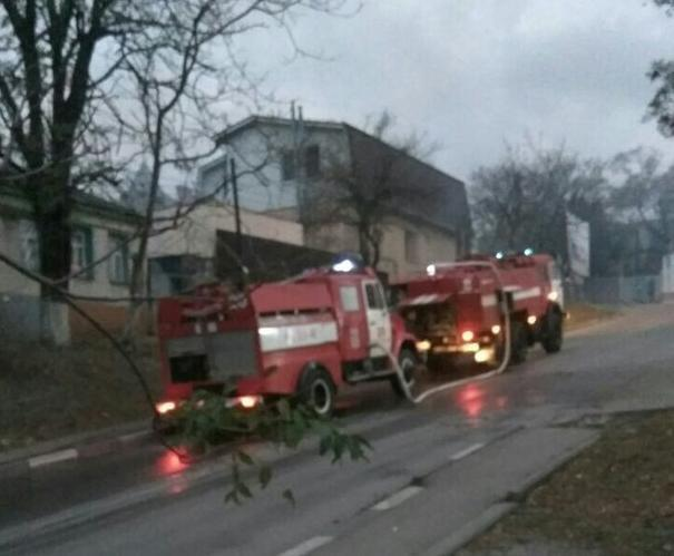 В Новороссийске загорелся автомобиль и дом,а после пожарные попали в ДТП