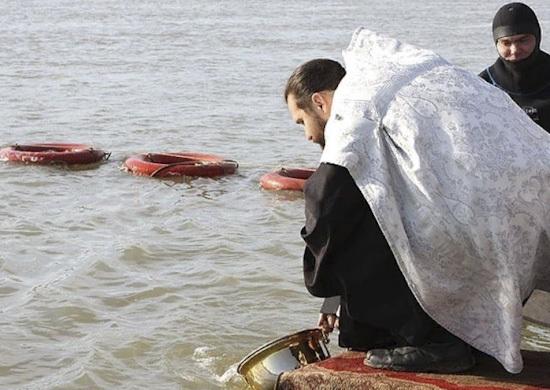 Купание новороссийских моряков контролировали священники и водолазы противодиверсионного отряда