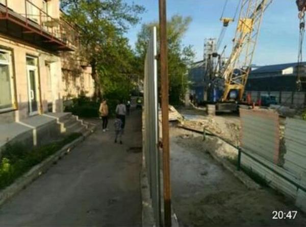 Двор, где играют дети, превратили в автостраду в Новороссийске