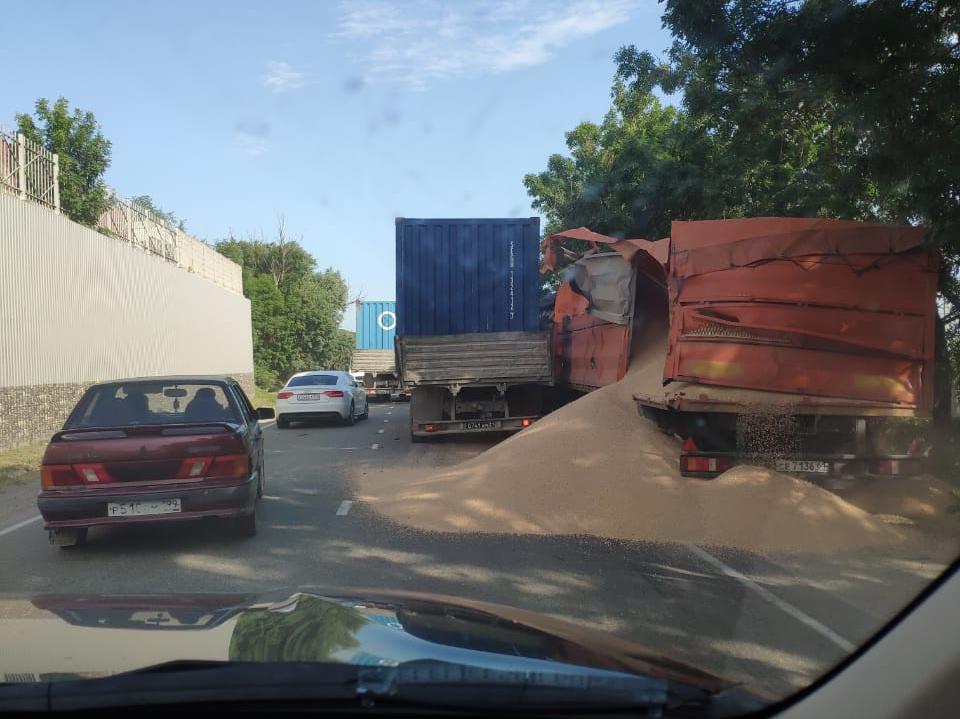 Грузовик и фура не поделили горох и дорогу в Новороссийске